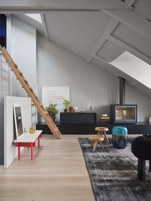 cette image montre un salon mansard ou avec mezzanine design de taille moyenne avec un mur
