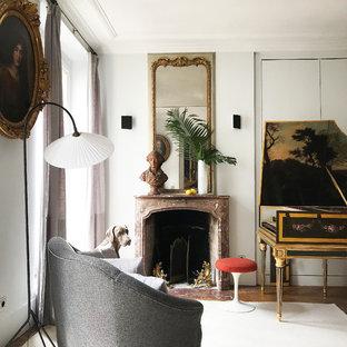 Foto på ett eklektiskt vardagsrum, med ett musikrum, vita väggar, mörkt trägolv, en standard öppen spis och brunt golv