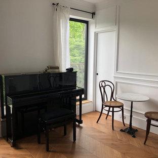 Imagen de salón boiserie, clásico, pequeño, boiserie, con paredes blancas, suelo de madera clara, chimenea tradicional y boiserie