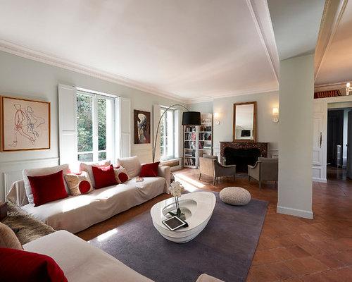 Salon avec une biblioth que ou un coin lecture moderne avec un sol en carreau - Salon de coin moderne ...