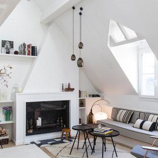 Modernes Wohnzimmer mit weißer Wandfarbe, hellem Holzboden und Kamin in Paris