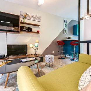 他の地域の中サイズのコンテンポラリースタイルのおしゃれなLDK (マルチカラーの壁、セラミックタイルの床、据え置き型テレビ、ベージュの床) の写真