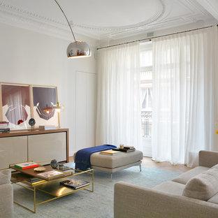 Cette photo montre un salon tendance avec un mur gris, un sol en bois brun et un sol marron.