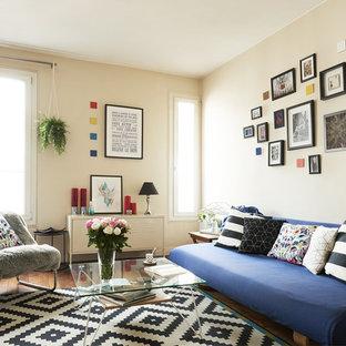 Réalisation d'un salon bohème avec un mur beige, un sol en bois foncé et un sol marron.