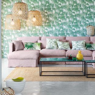 リールの中サイズのトロピカルスタイルのおしゃれなLDK (コンクリートの床、暖炉なし、テレビなし、緑の壁) の写真