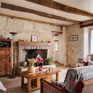 Réalisation d'un salon champêtre ouvert et de taille moyenne avec une cheminée standard et aucun téléviseur.