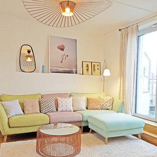 Diseño de salón contemporáneo con paredes blancas, suelo de madera en tonos medios y suelo amarillo