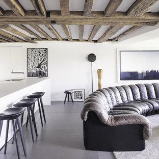 Cette image montre un salon design de taille moyenne et ouvert avec un bar de salon, un mur blanc, un sol en calcaire, aucune cheminée et aucun téléviseur.