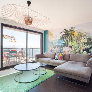 Réalisation d'un salon design de taille moyenne et ouvert avec un mur multicolore, un sol en carrelage de céramique, aucune cheminée et aucun téléviseur.