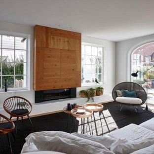 Salon contemporain avec un manteau de cheminée en bois ...