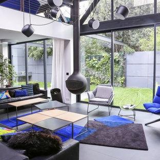 Idée de décoration pour un salon design de taille moyenne et ouvert avec un mur blanc, béton au sol, cheminée suspendue et aucun téléviseur.
