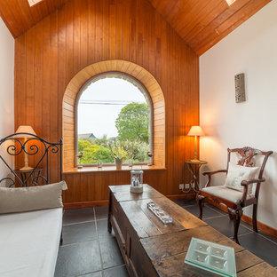 Réalisation d'un salon tradition fermé avec un mur blanc et un sol en carrelage de céramique.