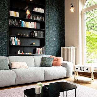 Exemple d'un salon tendance de taille moyenne et ouvert avec un mur vert, un sol marron et un sol en bois foncé.