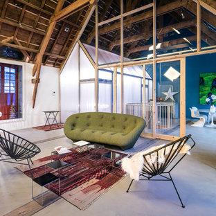 Inspiration pour un salon bohème ouvert et de taille moyenne avec un mur blanc, béton au sol, aucune cheminée et aucun téléviseur.