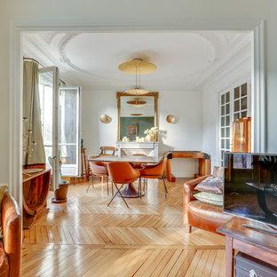 Inspiration pour un salon traditionnel ouvert avec un mur blanc, un sol en bois brun, une cheminée standard, un téléviseur indépendant et un sol marron.