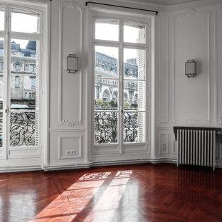 Idee per un grande soggiorno classico con sala formale, pareti bianche, parquet scuro, cornice del camino in pietra e pavimento rosso