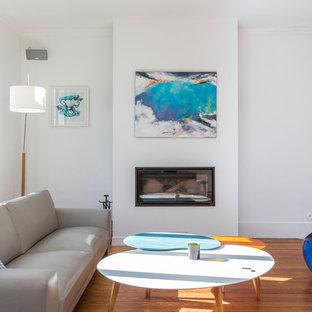 Exemple d'un salon chic ouvert et de taille moyenne avec un mur blanc, un sol en bois brun, une cheminée ribbon, un téléviseur indépendant et un sol marron.