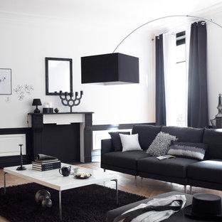 Aménagement d'un salon contemporain de taille moyenne et ouvert avec un mur blanc, une cheminée standard, aucun téléviseur et un sol en bois brun.