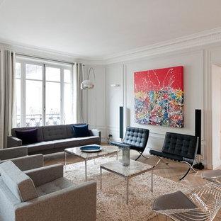 Cette image montre un grand salon design fermé avec une salle de réception, un mur blanc, un sol en bois clair, aucune cheminée et aucun téléviseur.