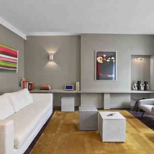 Cette photo montre un grand salon tendance fermé avec une salle de réception, un mur gris, un sol en bois foncé, aucune cheminée et aucun téléviseur.