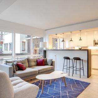 Cette photo montre un salon scandinave ouvert avec une salle de réception, un mur blanc, un sol en bois clair et un sol beige.