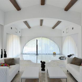 Modelo de salón abierto, minimalista, extra grande, sin chimenea y televisor, con paredes blancas