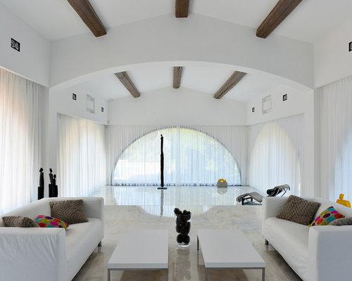 Réalisation dun très grand salon minimaliste ouvert avec un mur blanc aucune cheminée