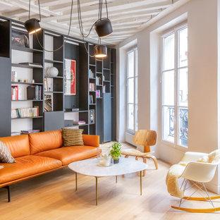 Cette image montre un salon design avec une salle de réception, un mur blanc, un sol en bois brun, aucune cheminée et un sol marron.