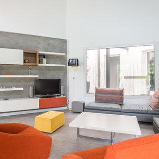 Aménagement d'un salon contemporain avec un mur gris, aucune cheminée, un téléviseur indépendant et un sol gris.