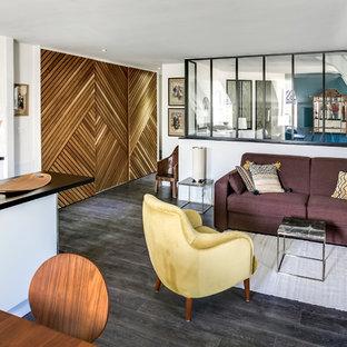 ボルドーの巨大なエクレクティックスタイルのおしゃれなLDK (ライブラリー、白い壁、合板フローリング、埋込式メディアウォール、茶色い床) の写真