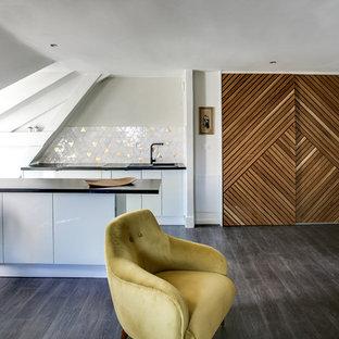 Foto di un ampio soggiorno eclettico aperto con libreria, pareti bianche, pavimento in compensato, parete attrezzata e pavimento marrone