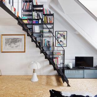 Esempio di un soggiorno industriale di medie dimensioni e aperto con libreria, pareti bianche, parquet chiaro, nessun camino, TV autoportante e pavimento giallo