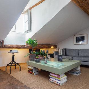 Cette photo montre un salon montagne de taille moyenne avec un mur blanc, aucune cheminée et aucun téléviseur.