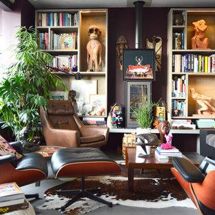 Exemple d'un salon avec une bibliothèque ou un coin lecture éclectique de taille moyenne et ouvert avec un mur marron, béton au sol, un poêle à bois, un manteau de cheminée en métal et aucun téléviseur.