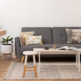 Exemple d'un salon scandinave avec un mur blanc, un sol en bois brun et un sol marron.