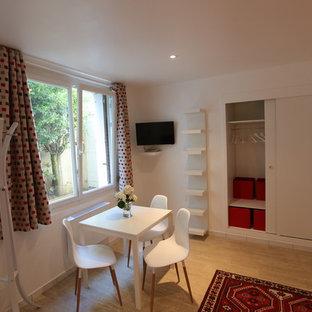 Kleines Klassisches Wohnzimmer mit weißer Wandfarbe, Linoleum und Wand-TV in Sonstige