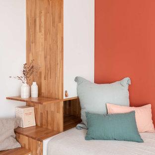 Idee per un piccolo soggiorno minimal chiuso con libreria, pareti rosse, parquet chiaro, nessun camino e TV a parete