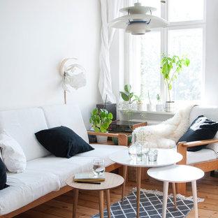 Idées déco pour un petit salon scandinave avec un mur blanc, un sol en bois clair et aucun téléviseur.