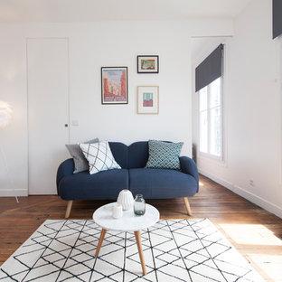 Réalisation d'un salon design de taille moyenne et ouvert avec un mur blanc, un sol en bois brun, aucune cheminée et une salle de réception.