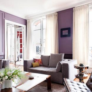 Idee per un grande soggiorno tradizionale chiuso con sala formale, pareti viola, pavimento in legno massello medio, camino classico e nessuna TV
