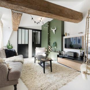 Cette image montre un salon design avec un mur blanc, un téléviseur fixé au mur, un sol blanc et un plafond voûté.
