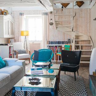 Idée de décoration pour un salon bohème de taille moyenne avec un mur beige, un sol en bois brun, aucune cheminée et aucun téléviseur.