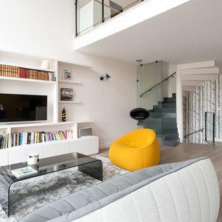 Ispirazione per un soggiorno scandinavo di medie dimensioni e aperto con libreria, pareti bianche, parquet chiaro e parete attrezzata