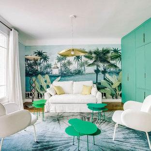 Idee per un grande soggiorno minimal aperto con libreria, pareti grigie, nessun camino, TV nascosta, pavimento marrone e pavimento in legno massello medio