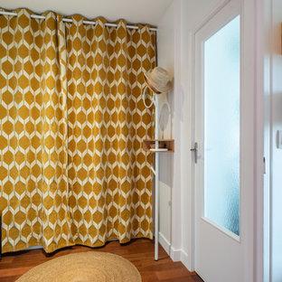 Idee per un soggiorno boho chic di medie dimensioni e chiuso con pareti bianche, pavimento in legno massello medio, nessun camino, TV autoportante e pavimento marrone