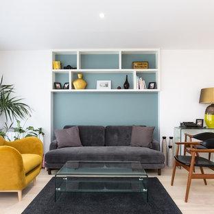 Exemple d'un salon scandinave de taille moyenne et ouvert avec un sol en bois clair, une salle de réception, un mur blanc et un sol beige.