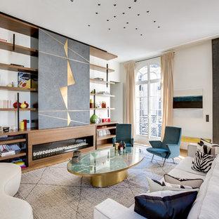 Idées déco pour un salon avec une bibliothèque ou un coin lecture contemporain ouvert avec un mur blanc, un sol en bois clair, une cheminée ribbon, un manteau de cheminée en bois et aucun téléviseur.