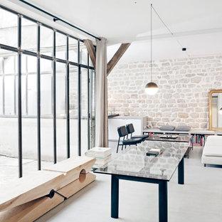 Idées déco pour un salon avec une bibliothèque ou un coin lecture industriel de taille moyenne et ouvert avec un mur blanc, aucune cheminée et aucun téléviseur.