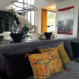 Un canapé très accueillant nous invite à la détente - Une Maison Éclectique
