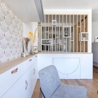 Idées déco pour un petit salon scandinave ouvert avec un mur blanc et un sol en contreplaqué.
